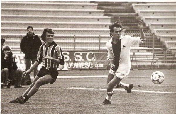 Udinese-Pescara 2-1 6 gennaio 1980. Cupini a destra contende un pallone a Cerilli.jpg