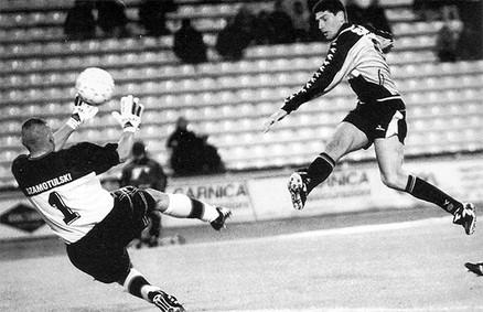 1999-00 El Pampa - Roberto Carlos Sosa contro Klub Piłkarski Legia Warszawa.jpg