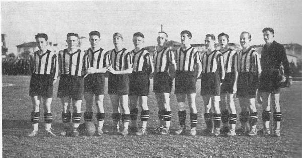 Udinese 1932-33 Dal Ponto quinto da sn.jpg