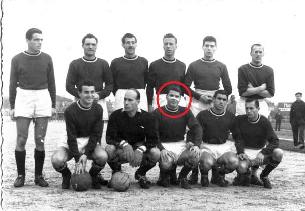 Udinese1950-51-1 Farina terzo da sn accosciato.jpg