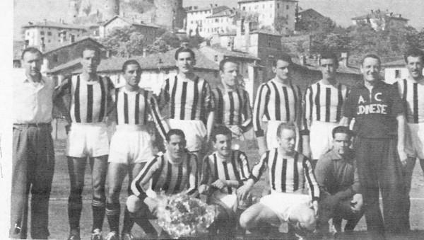 Udinese 1948 -49 a Giorizia.Pravisano quarto in piedi da sn.jpg