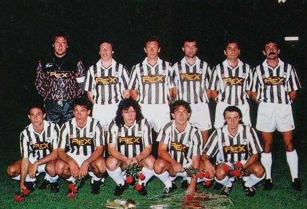 Udinese_Calcio_1989-90 Minaudo primo a destra accosciato.jpg