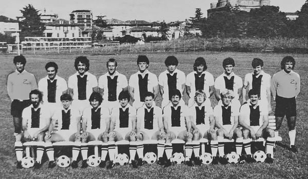 Udinese 1981-82 Papais secondo seduto da destra.jpg