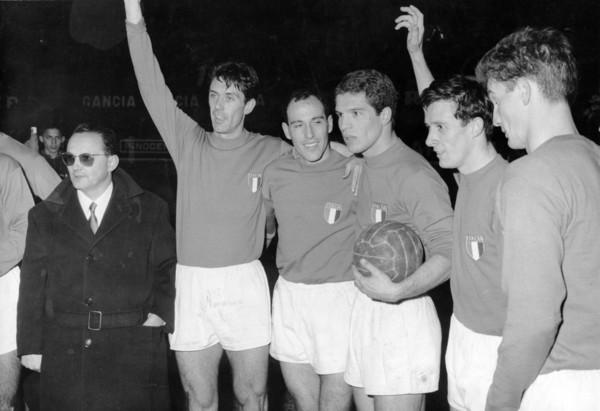Italia_vs_Turchia_-_1962_-_Fabbri,_Maldini,_Pascutti,_Orlando,_Fogli,_Sormani.jpg